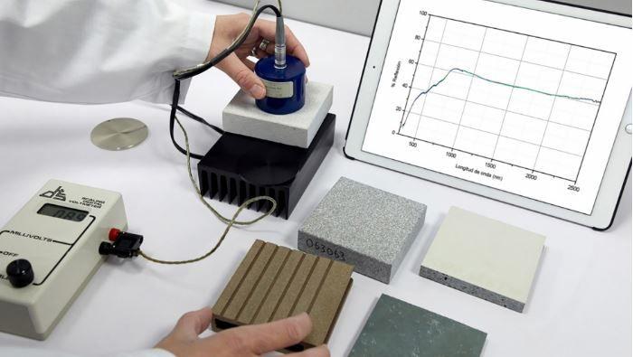 Persona haciendo el ensayo para la determinación de SRI de diversos materiales