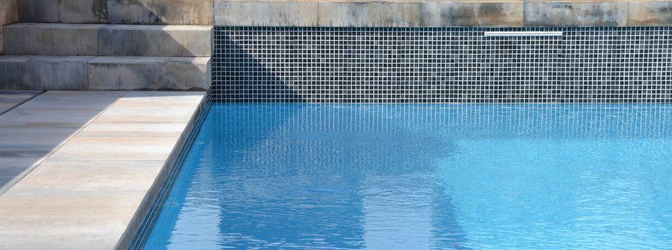 Dise o de piscinas y entorno scenic pools breinco smart - Losas para piscinas ...